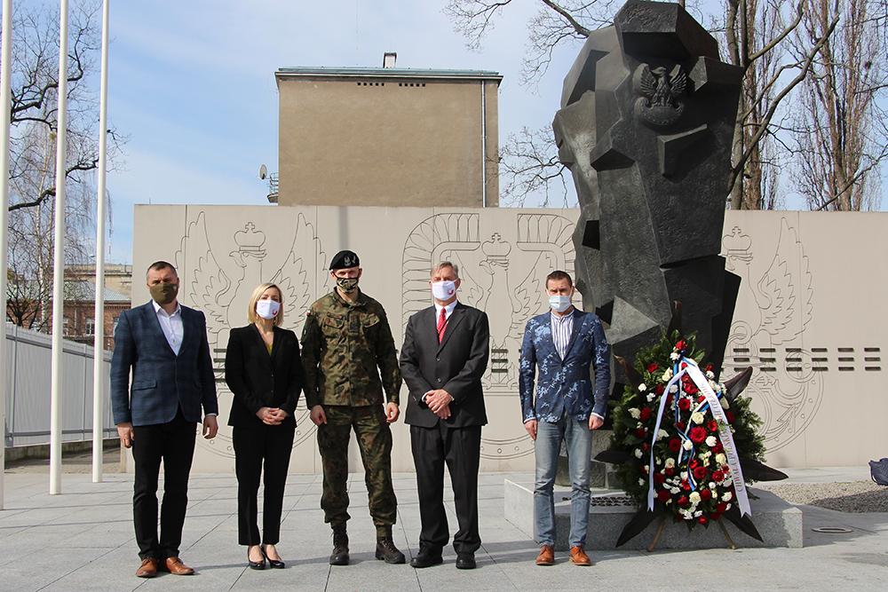 Przedstawiciele Raytheon pod pomnikiem upamiętniającym polskich żołnierzy poległych na misjach zagranicznych